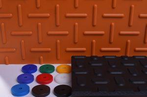 Kunststoff in Orange und schwarz, mit strukturierter Oberfläch